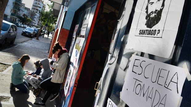 En la escuela Manuel Belgrano, de Barracas, los alumnos colocaron carteles por la aparición de Maldonado durante una toma