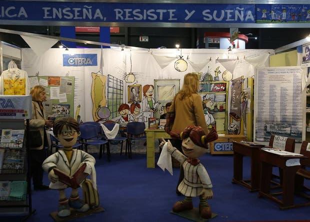 El stand de los docentes de Ctera, con la escuela itinerante como estandarte