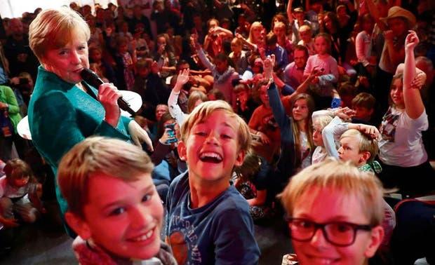 Merkel tuvo un encuentro con chicos, ayer, en la sede de su partido
