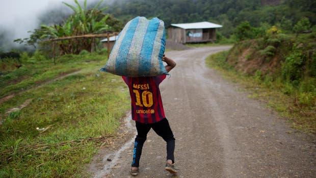Como el adolescente peruano de Ayacucho, Messi lleva sobre sus hombros a la celeste y blanca