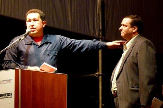 En  marzo de 2011, el presidente venezolano, Hugo Chávez, con Brienza, en la Facultad de Periodismo de La Plata. Foto: Facebook Hernán Brienza