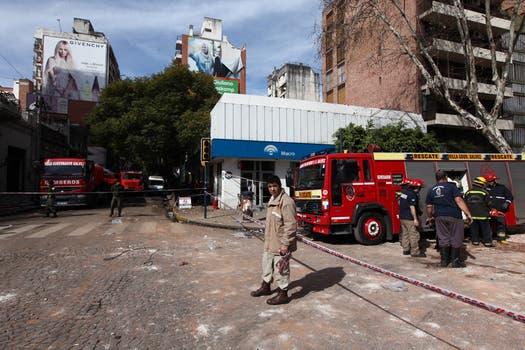 Los bomberos intentan remover los escombros en un sector del edificio de la calle Salta al 2100. Foto: LA NACION / Ezequiel Muñoz