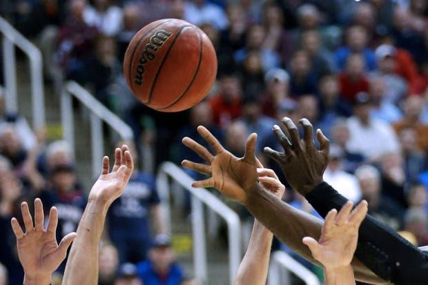 ¡Las manos de todos los pibes arriba!.  Foto:AP