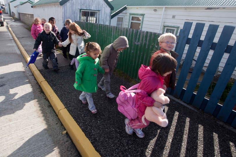 Varios niños se dirigen a la escuela de Puerto Argentino. Foto: LA NACION / Rodrigo Néspolo