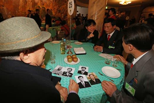 Centenares de coreanos del Sur y del Norte se reunieron hoy con sus seres queridos entre abrazos y lágrimas. Foto: AFP