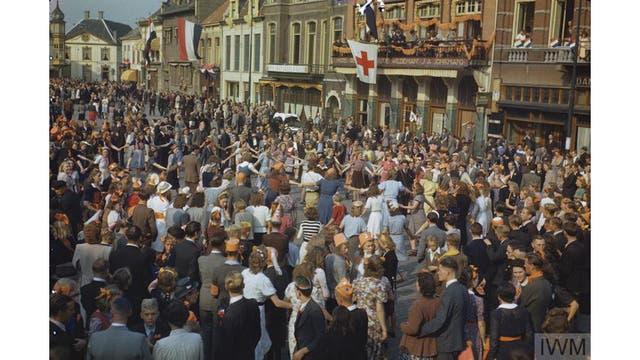 Civiles holandeses bailan en las calles después de la liberación de Eindhoven por las fuerzas aliadas, septiembre de 1944.