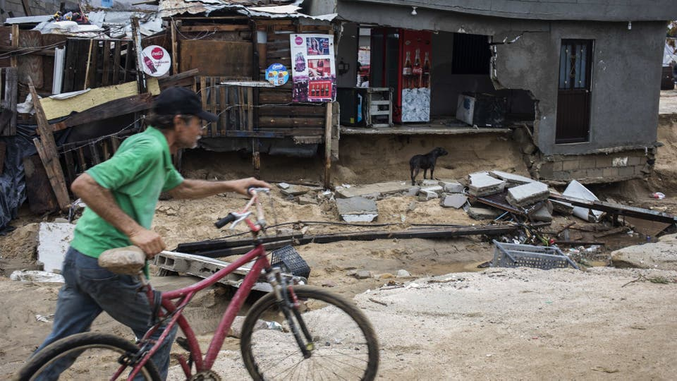 El paso de la tormenta dejó como saldo varios muertos y cuantiosas perdidas materiales. Foto: AFP
