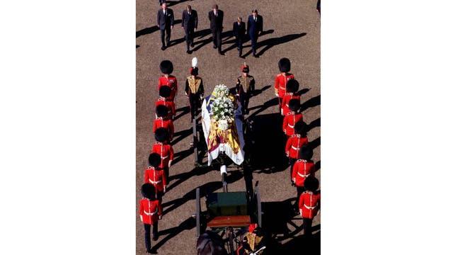 El 6 de septiembre junto a sus hijos en el funeral de la princesa Lady Di