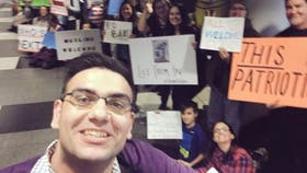 Ali Hamedani se encontró con una multitud de manifestantes que estaban dando la bienvenida a los musulmanes en el aeropuerto Chicago O''Hare.