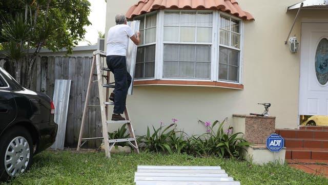 Las personas tapian sus ventanas en Miami