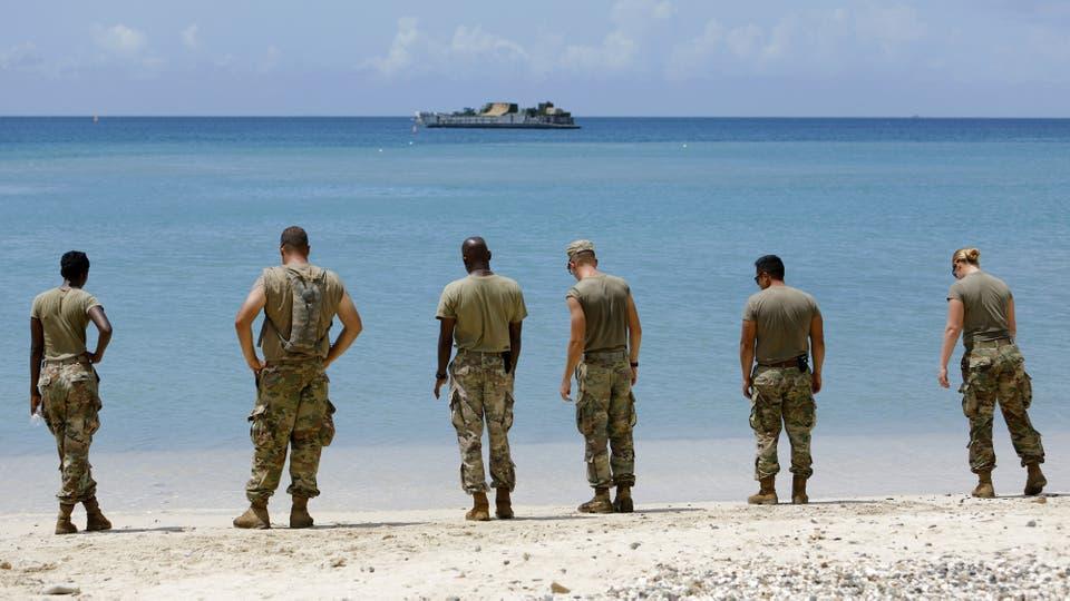 Soldados de la Compañía Médica de Apoyo del Área 602 en las costas esperan la llegada de un barco que trae elementos para poder hacerle frente al huracán María. Foto: Reuters / Jonathan Drake