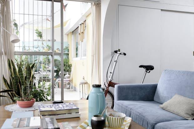 Tanto el dormitorio como el living están directamente conectados con el patio. En el primer caso, a través de una abertura estándar; en el segundo, por medio de una puerta-ventana corrediza..