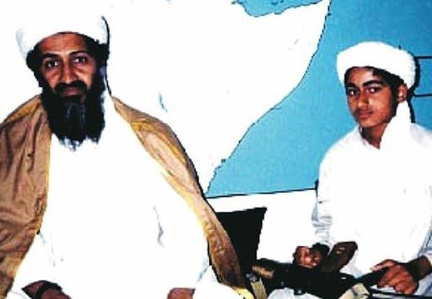 Osama ben Laden, junto a su pequeño hijo Hamza