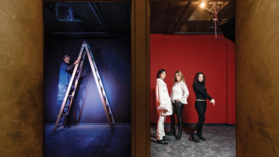 Mientras acondicionan uno de los espacios, al lado posan Flor Torrente, Mey Scapola y María Figuerias