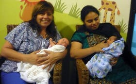 Elsa Saint Girons sostiene en sus brazos a su hija Cayetana, nacida tras un alquiler de vientre en la India; a su lado, otra madre subrograda