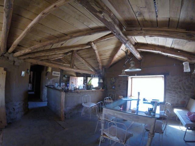 El interior de una casa bioconstruida en Cochinoca, un pueblo de la puna jujeña