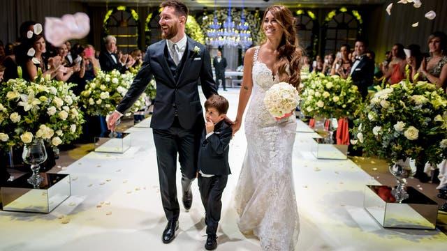 Lionel Messi y Antonela Roccuzzo junto a Thiago, su hijo mayor, la noche del casamiento