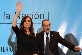 """Cristina Kirchner y el secretario de Comercio Interior, Guillermo Moreno, durante el lanzamiento de """"Mirar para Cuidar"""""""