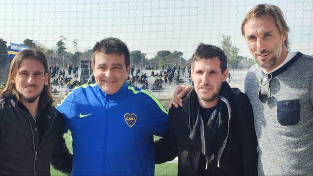 Claudio Vivas, con el buzo del club en el que es coordinador general de las divisiones inferiores; Rolando Schiavi (derecha.) exjugador y director técnico de la reserva