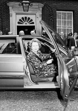 Margaret Thatcher en el volante de un auto Austin Rove el 10 de julio de 1986. Foto: Archivo
