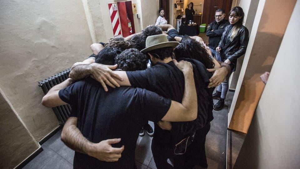 El ritual del saludos antes de salir a tocar. Foto: LA NACION / Ignacio Sánchez
