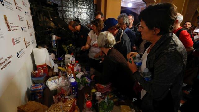 Un grupo de personas prepara el desayuno para los presentes en un centro de votación, antes del referéndum, en Barelona.