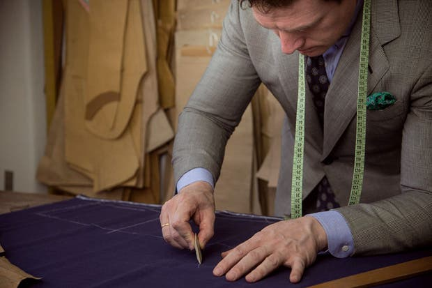 Nicolás Zaffora confecciona los trajes para novios y padrinos con géneros importados.