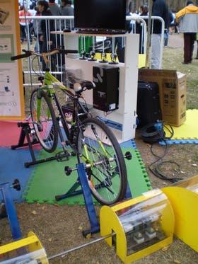 El bicigenerador eléctrico en el stand de la Carrera Ambiental