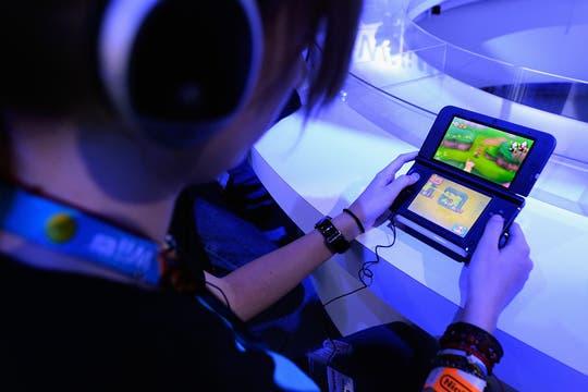 Un asistente de la feria E3 pone a prueba los nuevos juegos de Nintendo.