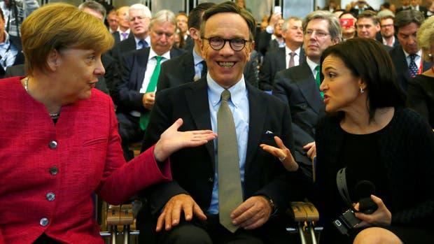 La canciller Angela Merkel junto a Matthias Wissmann, el presidente de la unión de automotrices alemanas, y Sheryl Sandberg, la directora operativa de Facebook en la apertura del Salón de Frankfurt