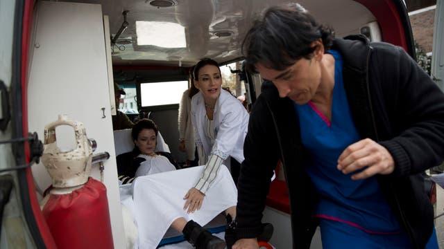 La urgencia obliga al camillero al que interpreta a Estevanez a ir a buscar ayuda. Foto: LA NACION / Fernando Massobrio
