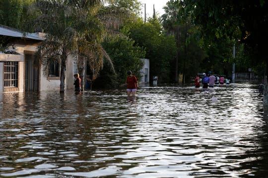 En Virrey del Pino varias familias fueron evacuadas por la llegada del agua dentro de sus casas. Foto: LA NACION / Fabián Marelli