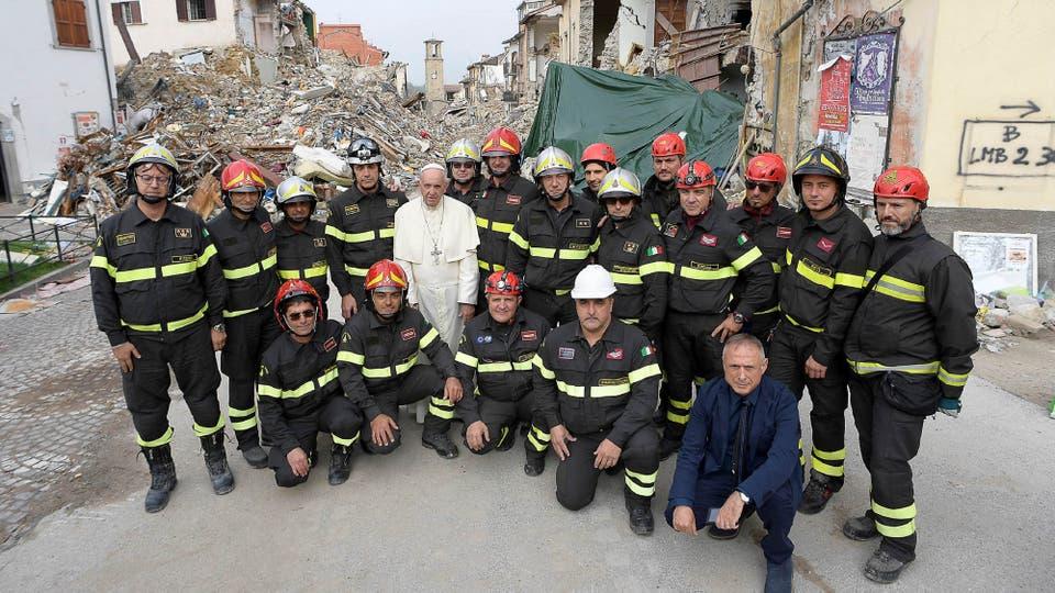En su recorrida se tomó una fotografía con los bomberos que trabajan en la zona. Foto: Osservatore Romano/Handout vía Reuters