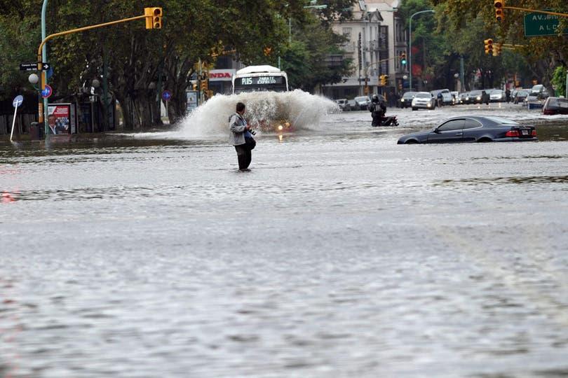 El temporal tuvo un fuerte impacto en la ciudad y el conurbano. Foto: EFE