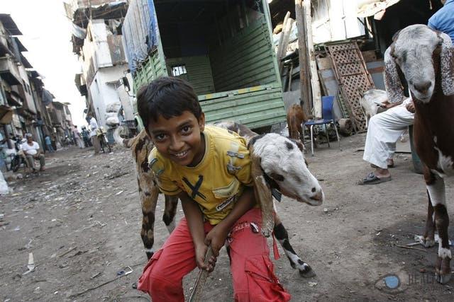 El paseo alternativo se interna en el gigantesco slum, con su población ecléctica en precarias condiciones