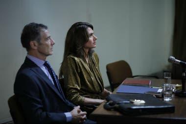 Patricia Rosello (Florencia Raggi) y el abogado Roberto De Luca (Gustavo Garzón)