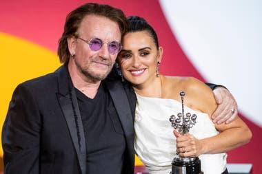 Penélope Cruz, emocionada. La actriz española recibió de las manos del cantante de U2, Bono, el premio Donostia a su trayectoria en el festival de San Sebastián