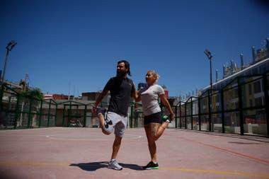 Verónica Bargas y Sebastián Medina antes de iniciar uno de los entrenamientos en la villa 31