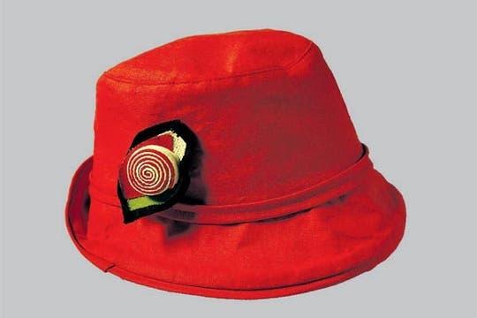 Sombrero colorado con flor (El Sombrerero, $ 20)..