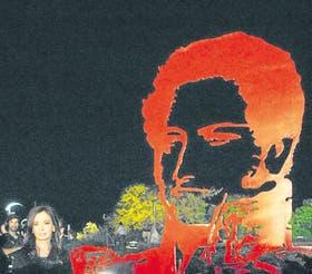 Cristina Fernández de Kirchner en los festejos por el aniversario de la Vuelta de Obligado, con una imagen de Rosas detrás