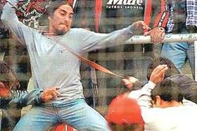 Una violenta escena de la barbarie entre hinchas rojinegros