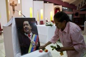 Una mujer reza en una capilla de Nicaragua, por la recuperación de Hugo Chávez