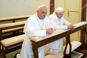El papa Francisco se negó a utilizar un reclinatorio personal y oró codo a codo con su antecesor