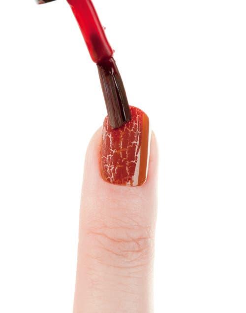 Aplicar el esmalte craquelador bordó. Es clave aplicar sólo una capa y fina para que se aprecie bien el efecto.