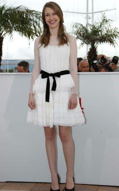 Taissa Farmiga, protagonista de The Bling Ring, lucio un vestido blanco corto con un lazo negro en la cintura.