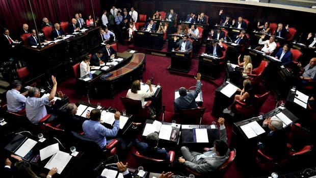 El momento de la votación en la Legislatura, al aprobarse anoche el presupuesto provincial para este año