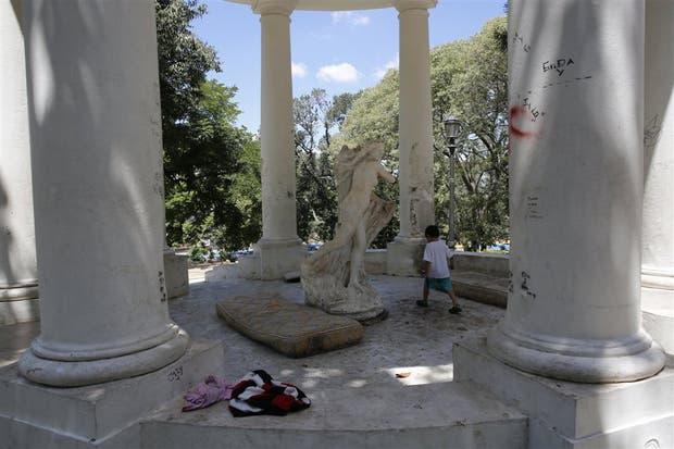 El templete del parque Lezama fue grafitado y hay intrusos viviendo dentro