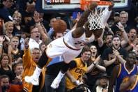 Golden State-Cleveland: espectaculares volcadas y una tapa de LeBron James, lo mejor de la sexta final de la NBA