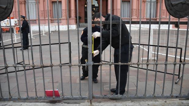 Un auto chocó contra el portón de acceso a la Casa Rosada