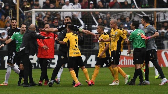 Deportivo Riestra lograba hoy su ascenso a la B Nacional con su victoria parcial sobre Comunicaciones 2-0 de local, paertido suspendido